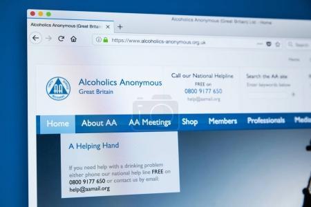 Photo pour Londres, 14 décembre 2017: La page d'accueil du site officiel des alcooliques anonymes la bourse d'entraide internationale aider les alcooliques à rester sobre et parvenir à la sobriété, le 14 décembre 2017. - image libre de droit