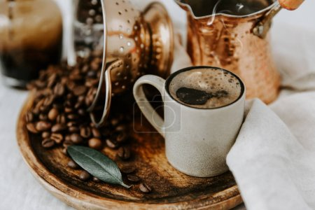 Photo pour Cafetière turque et grains de café sur table en lin - image libre de droit