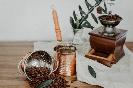 Photo pour Café turc en pot traditionnel en métal gaufré, grains de café. Contexte rustique - image libre de droit