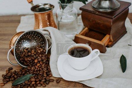 Photo pour Café beens, cuivre vieux style café chaud, décoré avec brunch olive. Café du matin rural - image libre de droit