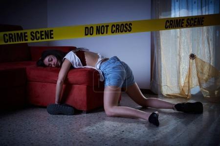 Photo pour Imitation de scène de crime. femme sans vie, gisant sur le sol - image libre de droit