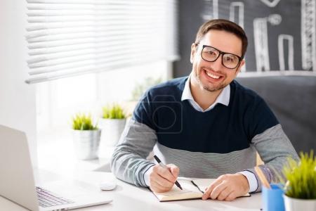 Photo pour Homme d'affaires heureux, pigiste, étudiant travaillant à l'ordinateur à la maison et offic - image libre de droit