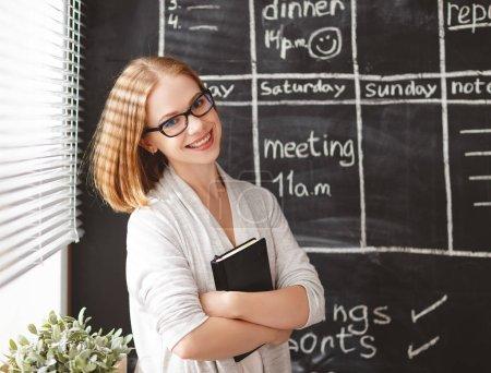 Photo pour Femme d'affaires heureuse au conseil scolaire avec planification horaire et notepa - image libre de droit