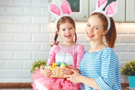 Photo pour Joyeux Pâques ! famille mère et enfant fille avec oreilles lièvre se préparer pour holida - image libre de droit