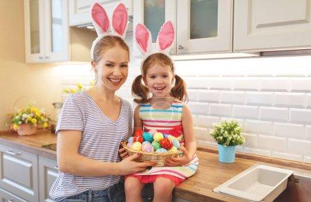 Photo pour Joyeux Pâques ! mère de famille et fille enfant avec des oreilles lièvre se préparer pour les vacances - image libre de droit