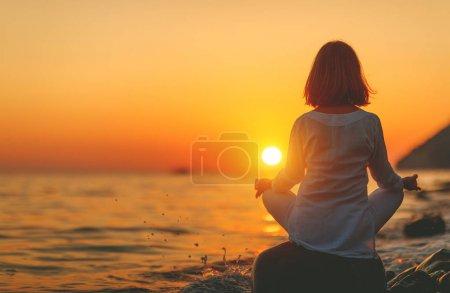 Photo pour Femme pratique l'yoga et médite dans la position du lotus sur sunset beac - image libre de droit