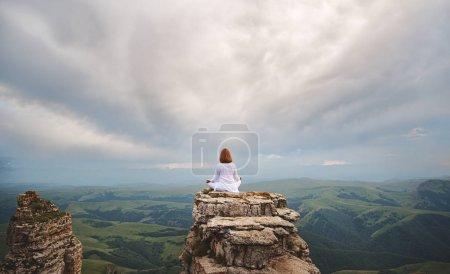 Photo pour Femme pratique l'yoga et médite sur les montagnes, pois - image libre de droit