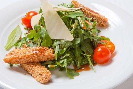 Photo pour Une délicieuse salade avec roquette, tomates cerises et fruits de mer . - image libre de droit