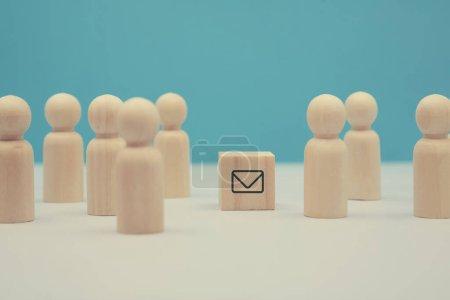 Foto de Marketing por correo electrónico. Promoción de las PYME. Desarrollo sexual. Comunicación social de marketing. Figuras de madera, bloque con símbolo de sobre sobre.. - Imagen libre de derechos