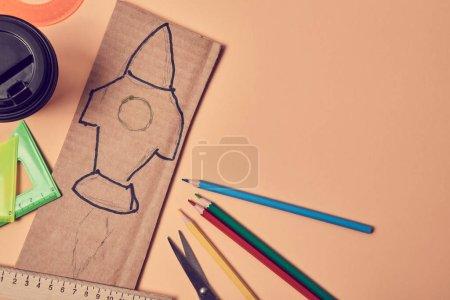 Photo pour Une idée de start-up. Nouveau départ et développement personnel. Redémarrez. Carton avec peinture fusée ou crayons colorés. Espace de copie . - image libre de droit