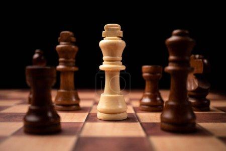 Roi blanc debout face au roi brun et être dans le cercle d'échecs. Les nouveaux acteurs économiques sont confrontés à des défis. La gestion ou le leadership, l'analyse, le concept stratégique .