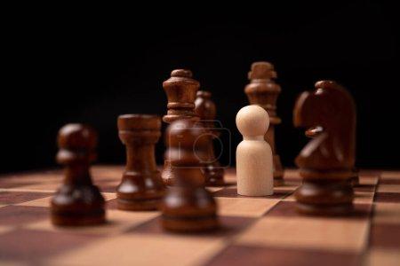 Figures en bois (homme d'affaires) debout face au roi des échecs et être dans le cercle des échecs. Les nouveaux acteurs économiques sont confrontés à des défis. La gestion ou le leadership, l'analyse, le concept stratégique.