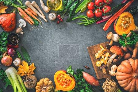 Photo pour Ingrédients traditionnels de légumes d'automne pour de savoureux plats de Thanksgiving ou de Noël sur une table de cuisine rustique. Vue du dessus - image libre de droit