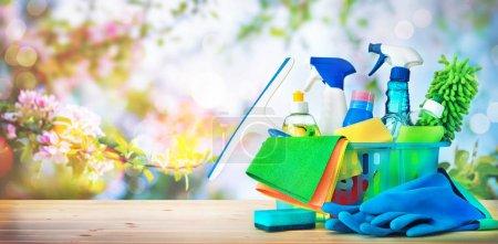 Photo pour Concept de nettoyage. Logements, hygiène, printemps, corvées, nettoyage, produits de nettoyage - image libre de droit