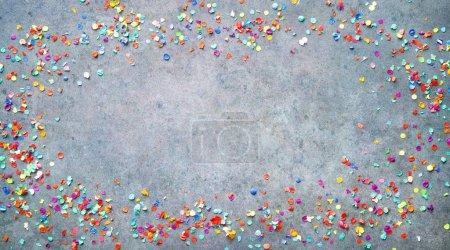Photo pour Carnaval festif, anniversaire ou fond de fête avec des confettis colorés - image libre de droit
