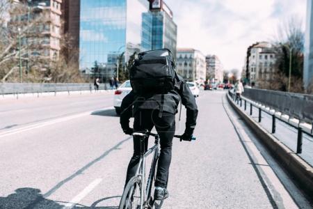 Photo pour Mâle fixe d'équitation équipement vélo autour de la ville urbaine de Barcelone - image libre de droit