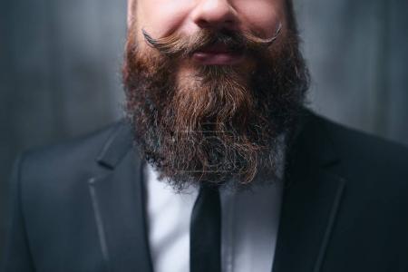 Photo pour Barbe et moustache parfaites. Gros plan sur un jeune homme barbu . - image libre de droit