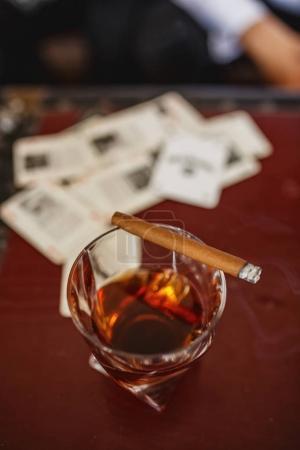 Photo pour Carte cigare whisky sur la table - image libre de droit