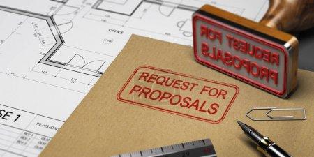 Photo pour Demande de propositions imprimée sur une enveloppe kraft, avec fournitures de bureau et tampon en caoutchouc, concept de DP. Illustration 3D - image libre de droit