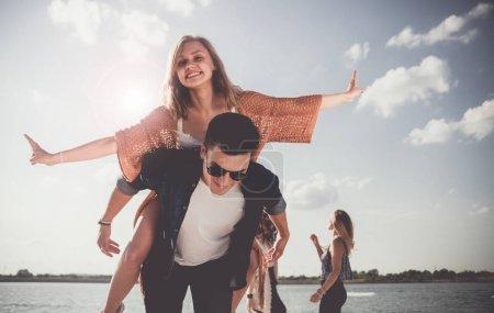 Photo pour Groupe de copains s'amuser à la plage - image libre de droit