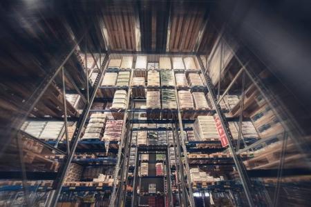 Photo pour Entrepôt Produits Stockage. Grande installation de stockage des aliments. Grands rayonnages d'entrepôt . - image libre de droit