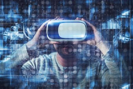 Photo pour Lunettes de réalité virtuelle Concept avec d'autres hommes Caucasiens dans ses 20 ans. Lunettes multimédia 3d Vr. - image libre de droit