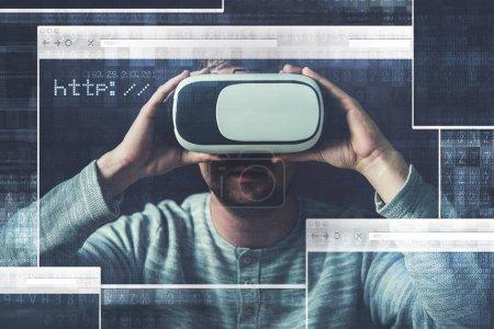 Photo pour Navigation des médias en ligne utilisant la réalité virtuelle Vr lunettes Illustration de Concept. Caucasiens hommes portant des lunettes 3d Vr 360 - image libre de droit
