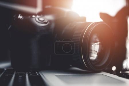 Photo pour Appareil photo numérique sur la Photo de gros plan ordinateur portable. Bureau de photographes. - image libre de droit
