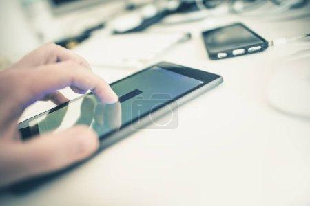 Photo pour Appareils mobiles dans les activités de l'Office Technology Concept Photo. Technologies sans fil. - image libre de droit