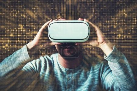 Photo pour Lunettes de réalité virtuelle expérience Image conceptuelle avec jeunes hommes Caucasiens portant des Vr moderne. - image libre de droit