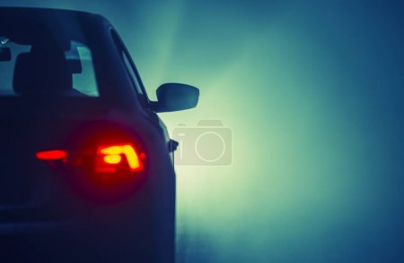 Photo pour Foggy Road Voyager. Car Driving in a Fog. Conditions météorologiques inattendues et dangereuses sur la route . - image libre de droit