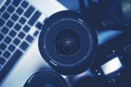 Photo pour Lentille de photographie numérique, appareil Photo et l'ordinateur. Matériel du photographe. - image libre de droit