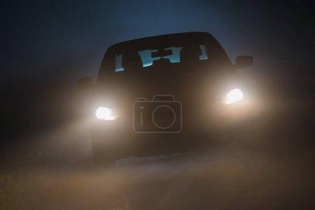 Photo pour Brouillard sur la route. Conditions de conduite extrêmes. Foggy Road Ahead . - image libre de droit
