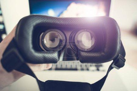 Photo pour Réalité virtuelle 3d lunettes pour regarder la vidéo 3d de 60fps 360 degrés. Futur de Photo de Concept de réalité virtuelle. Porter des lunettes de protection. - image libre de droit