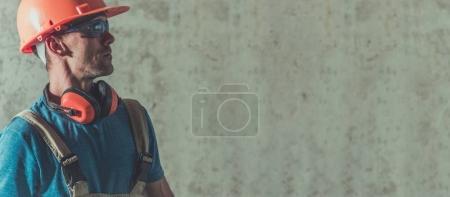 Photo pour Construction industrie ouvrier bannière avec espace copie côté droit. Entrepreneur du Caucase dans un casque. - image libre de droit
