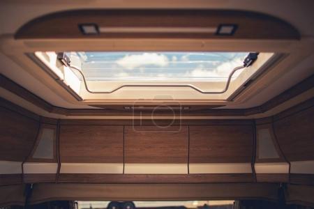 Photo pour Importance de la Ventilation d'Air à l'intérieur des camping-cars, caravanes et camping-cars. Toit d'aération Closeup. - image libre de droit