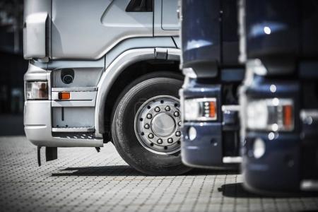 Photo pour Semi-camions sur la zone de repos Gros plan. Transport et logistique Photo Concept . - image libre de droit