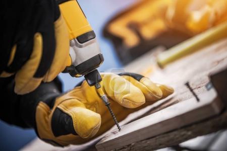 Photo pour Perceuse sans fil Driver Wood Work Closeup Photo. Petit concept de rénovation résidentielle . - image libre de droit