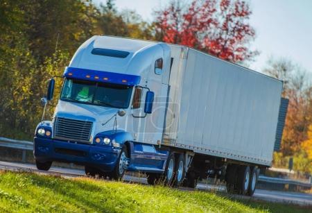 Photo pour Semi-camion sur la Pennsylvania Highway. Concept de transport américain . - image libre de droit