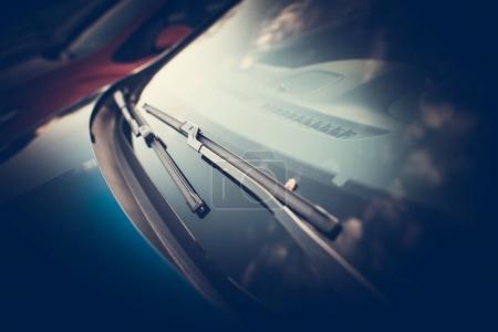 Photo pour Essuie-glaces de voiture Photo rapprochée. Prendre soin de vitre propre du véhicule dans différentes conditions météorologiques . - image libre de droit