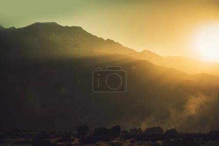 Photo pour Coucher de soleil dans la vallée de Coachella près de Palm Springs, Californie, États-Unis d'Amérique. Vista de montagnes pittoresques. Montagnes de San Jacinto. - image libre de droit