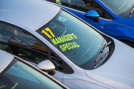 Photo pour Véhicule neuf avec signe spécial Managers sur un pare-brise. Lot de garage de voiture. - image libre de droit