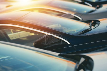 Photo pour Voiture concessionnaire véhicules neufs en Stock Closeup Photo. Thème de l'industrie automobile. - image libre de droit
