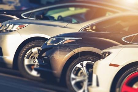 Photo pour Véhicules d'occasion à vendre en stock. Voitures d'occasion sur le terrain des concessionnaires. Industrie automobile . - image libre de droit