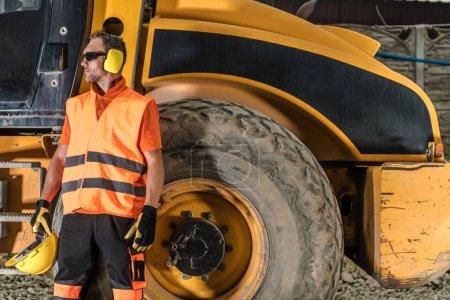Photo pour Construction routière thème industriel. Opérateur d'équipement de construction lourde - image libre de droit