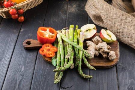 Photo pour Vue rapprochée des légumes frais sur fond de bois rustique - image libre de droit
