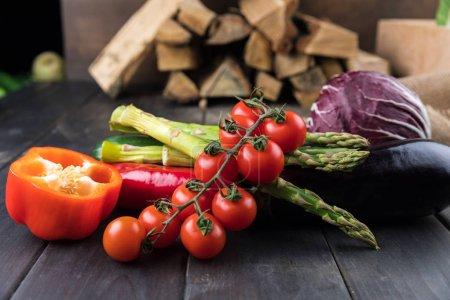 verduras frescas en mesa de madera