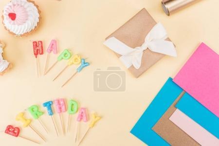 Gâteaux et inscription joyeux anniversaire