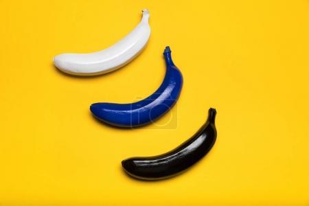 Photo pour Vue de dessus de bananes fraîches de couleurs isolés sur les bananes jaunes, mûres - image libre de droit