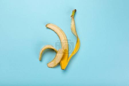 Foto de Vista superior de plátano amarillo cáscara aislado sobre fondo azul, colorido - Imagen libre de derechos